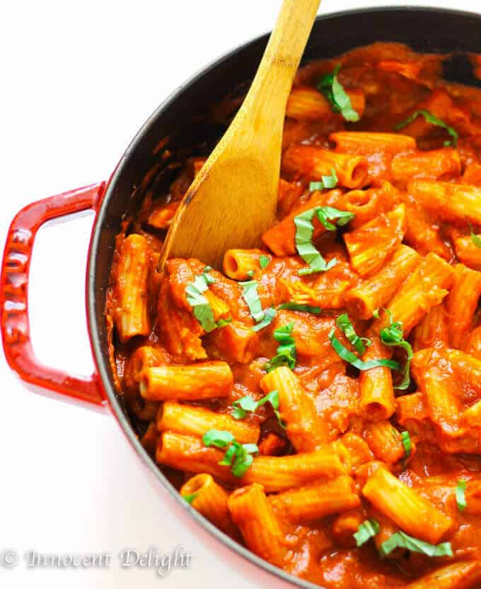 Chicken Tomato Basil Rigatoni Recipe - super simple weeknight rigatoni pasta meal with chicken, smothered in delicious tomato basil sauce. Quick and easy, ready in 30 minutes.